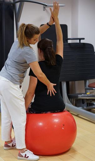 Krankengymnastik, Bobath, Patientin, Therapeutin, Roter Fitnessball